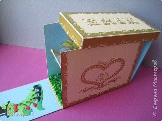 Упаковочная коробочка с сюрпризом внутри. Снаружи вся такая строгая, серьезная. Светлый картон плотностью 270 гр.   Золотистый глянцевый картон плотностью 200 гр. Переживала за дырокол, а он справился с такой плотностью!!!!! Ура! фото 8