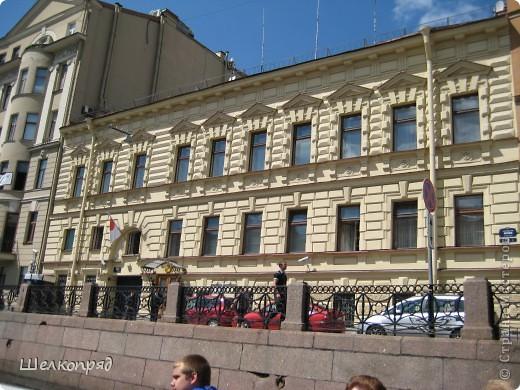 Ну, вот и последний мой фоторепортаж о Петербурге. Я обещала выложить просто архитектуру этого города. Она своеобразна, она даёт почувствовать дух города, понять, насколько он красив и велик. Некоторые фотографии сделаны из окна экскурсионного автобуса, поэтому на них можно заметить небольшие блики. Но я старалась отбирать более качественные. Просто прогуляйтесь со мной и полюбуйтесь. фото 9