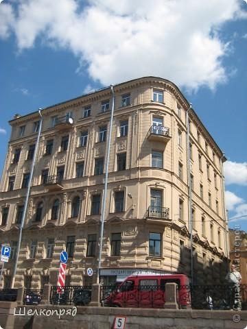 Ну, вот и последний мой фоторепортаж о Петербурге. Я обещала выложить просто архитектуру этого города. Она своеобразна, она даёт почувствовать дух города, понять, насколько он красив и велик. Некоторые фотографии сделаны из окна экскурсионного автобуса, поэтому на них можно заметить небольшие блики. Но я старалась отбирать более качественные. Просто прогуляйтесь со мной и полюбуйтесь. фото 10