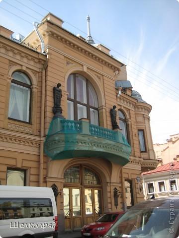 Ну, вот и последний мой фоторепортаж о Петербурге. Я обещала выложить просто архитектуру этого города. Она своеобразна, она даёт почувствовать дух города, понять, насколько он красив и велик. Некоторые фотографии сделаны из окна экскурсионного автобуса, поэтому на них можно заметить небольшие блики. Но я старалась отбирать более качественные. Просто прогуляйтесь со мной и полюбуйтесь. фото 30