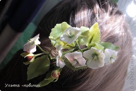 Яблоня и лилия цветут столько- сколько захотите, потому что они из фарфора. Это заколка-автомат, заказали мне - ох и мучалась, в муках рождалась... лепесточки без катеров делала, раскатывала каждый, отпечатывала на самодельном молде цветка яблони. Тонировала пастелью по сырому фарфору, все веточки обкатаны. фото 2