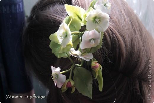 Яблоня и лилия цветут столько- сколько захотите, потому что они из фарфора. Это заколка-автомат, заказали мне - ох и мучалась, в муках рождалась... лепесточки без катеров делала, раскатывала каждый, отпечатывала на самодельном молде цветка яблони. Тонировала пастелью по сырому фарфору, все веточки обкатаны. фото 3