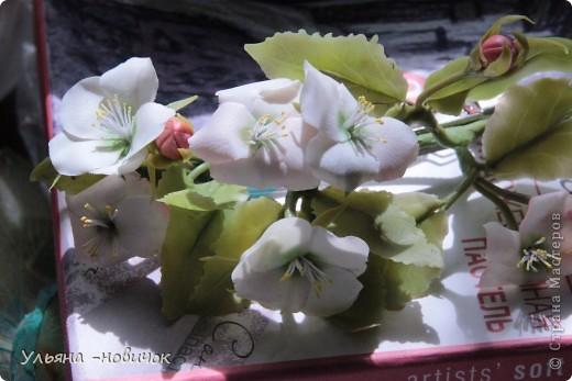 Яблоня и лилия цветут столько- сколько захотите, потому что они из фарфора. Это заколка-автомат, заказали мне - ох и мучалась, в муках рождалась... лепесточки без катеров делала, раскатывала каждый, отпечатывала на самодельном молде цветка яблони. Тонировала пастелью по сырому фарфору, все веточки обкатаны. фото 4