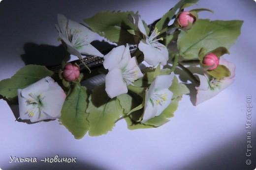 Яблоня и лилия цветут столько- сколько захотите, потому что они из фарфора. Это заколка-автомат, заказали мне - ох и мучалась, в муках рождалась... лепесточки без катеров делала, раскатывала каждый, отпечатывала на самодельном молде цветка яблони. Тонировала пастелью по сырому фарфору, все веточки обкатаны. фото 5