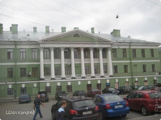 Ну, вот и последний мой фоторепортаж о Петербурге. Я обещала выложить просто архитектуру этого города. Она своеобразна, она даёт почувствовать дух города, понять, насколько он красив и велик. Некоторые фотографии сделаны из окна экскурсионного автобуса, поэтому на них можно заметить небольшие блики. Но я старалась отбирать более качественные. Просто прогуляйтесь со мной и полюбуйтесь. фото 52