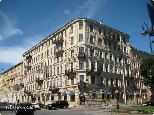 Ну, вот и последний мой фоторепортаж о Петербурге. Я обещала выложить просто архитектуру этого города. Она своеобразна, она даёт почувствовать дух города, понять, насколько он красив и велик. Некоторые фотографии сделаны из окна экскурсионного автобуса, поэтому на них можно заметить небольшие блики. Но я старалась отбирать более качественные. Просто прогуляйтесь со мной и полюбуйтесь. фото 42