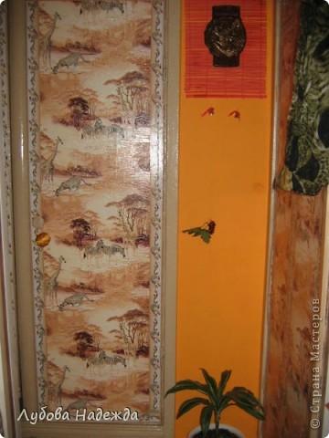 Каждый год как только лето,так сразу же покраска дверей туалета,ванная, прихожая,просто так надоело,что решила сделать так,обклеила обоями и покрыла финишным акриловым лаком. фото 2