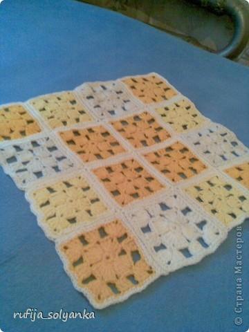 Еще в школе меня научили вязать вещи из отдельных квадратиков. А недавно связала покрывала на табуретки. И решила с вами поделиться своей работой. Мой муж любит желтый цвет и ему связала желтое покрывало. фото 1