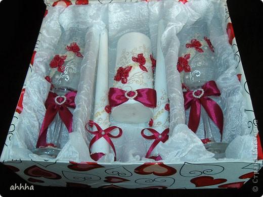 В набор входят 2 бокала, 2 свечи родительские, 1 очаговая, 2 бутылки со свадебным напитком :), казна для сбора денег и альбом для пожеланий. Непременно должен быть цвет фуксии и айвори. На фото оттенок немного другой. фото 8