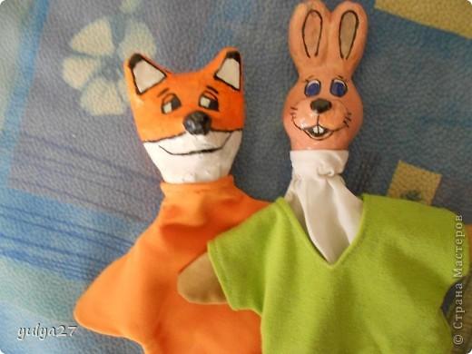 вот такие игрушки для кукольного театра можно сделать своими руками из старых газет, клея ПВА, краски, лака (можно использовать лак для ногтей прозрачный) и ткани. еще нужен пластилин для создания формы головы, его затем удаляем фото 1