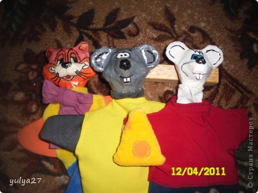 вот такие игрушки для кукольного театра можно сделать своими руками из старых газет, клея ПВА, краски, лака (можно использовать лак для ногтей прозрачный) и ткани. еще нужен пластилин для создания формы головы, его затем удаляем фото 2
