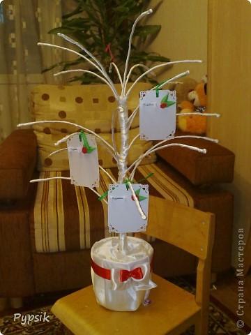 Вот такое дерево сделала на свадьбу знакомым. Они решили все оформить в красно-белых тонах... и я их, конечно, придерживалась. фото 1