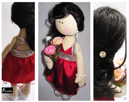 """Страсти уж точно были  Да еще какие!!!  Расскажу по порядку.    Заказали мне """"портретных"""" кукол, но поскольку рисовать портреты я не умею, остановились на том, что будем имитировать только одежду, а собственно сам """"портрет"""", т. е. лицо  будет таким же, как и у всех моих кукол. К слову сказать, эти куклы будут подарены замечательной и красивой итальянской паре на свадьбу ))) Во как     Начала я работу с большим-пребольшим """"энтуЗазизмом""""-  побежала в поисках подходяших тканей, тесемочек и всякого-прочего-нужного.   Процес изготовления """"тушек"""" много времени не занял и там ничего интересного не происходило. Останавливаться на нем не будем ))))    Интересное началось, когда я начала шить пиджак  А точнее три пиджака... Вроде и выкройку правильно сделала ( выкройка пиджака авторская  ), а не тут-то было!!! Первый оказался маленький- не сходился на пузике, у второго воротник не красивый получился ( решила проэкспериментировать  ) Ну а третий уже пошился за 20 минут и был благополучно одет )))    Мальчика приодели, а девочка голенькая.. не порядок!!! Шью платье ))) Пошила и начала украшать пайетками. Пайетки три раза переделывала    Первый раз приклеила по кругу. Что-то не понравилось... Хотелось, чтоб было, как на платье.. Отклеила. Начала клеить """"как на платье"""", вАААще жуть получилась!!!    Ладно, отклеила (бедненькое платье ) и приклеила все таки по кругу )))) Ну, вроде хорошо получилось )))   Одеваю платье ))) А оно мне вообще не нравится как получилось  АААААААААААААА!!!  Взяла ткань слишком тяжелую и она дыбом стоит- не красиво... И мало похоже... Что делать-то... Что, что??? Платье перешивать!!!       В общем-то второе платье пошилось и оделось минут за -надцать  Я не засекала время, но быстро ))) Фух    С обувью проблем не было, ну разве что не хотели скользкие шнурки на бантик завязываться ))) Усмирила клеем     Остались прически ))) Как сделать короткую стрижку мальчику я понятия не имела, но точно знала, что шерсть для валяния может меня спасти ))) Но """"валятель"""" """