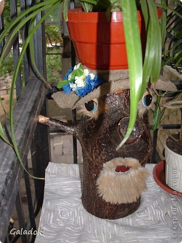 Когда то ещё зимой у нас во дворе спилили дерево, распилили что б легче было убирать дворникам и бросили, попросила мужа принести несколько таких дровинячек, ещё не знала зачем, только сейчас придумалось что с ними можно сделать.   фото 3