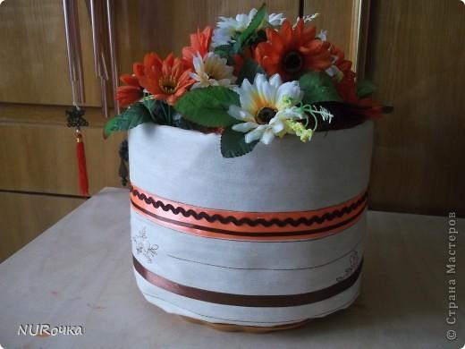 Торт из полотенец  комплекта постельного белья был сделан в подарок на новоселье. Комплент был в бежевых тонах, полотенца на контрасте оранжевые, поэтому для оформления и цветы подобрались  в похожих оттенках. На фото почему-то бледновато получилось, но в деле не плохо. фото 1