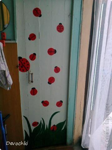 Отдыхая у моей подруги на даче, не смогла удержаться и разрисовала ей дверь, в ее любимые божьи коровки)