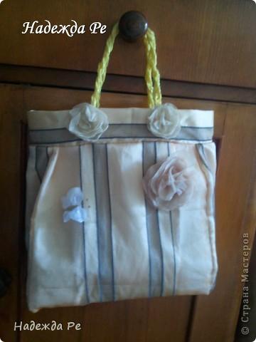 захотела на лето к костюму сшить сумочку из остатков органзы.украсила розочками и нашлась бабочка в тон. фото 1