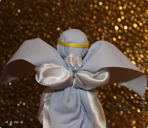 Ангелы – добрые духи, защитники, обереги, помощники в делах. Образы ангелов – особенные украшения дома, обереги. Ими можно украсить дом, подарить близким и друзьям по любому поводу. Но какую-то особую теплоту и силу образы ангелочков приобретают для нас в новогодние и, конечно же, рождественские праздники...  фото 1