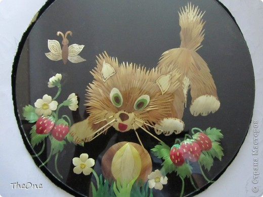 Маленький котенок потерял мячик среди земляники. фото 2