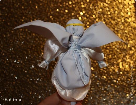 Ангелы – добрые духи, защитники, обереги, помощники в делах. Образы ангелов – особенные украшения дома, обереги. Ими можно украсить дом, подарить близким и друзьям по любому поводу. Но какую-то особую теплоту и силу образы ангелочков приобретают для нас в новогодние и, конечно же, рождественские праздники...  фото 3