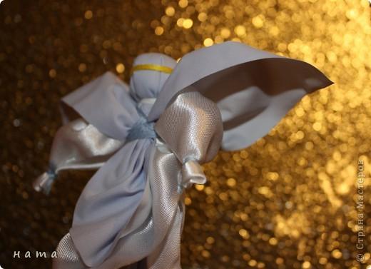 Ангелы – добрые духи, защитники, обереги, помощники в делах. Образы ангелов – особенные украшения дома, обереги. Ими можно украсить дом, подарить близким и друзьям по любому поводу. Но какую-то особую теплоту и силу образы ангелочков приобретают для нас в новогодние и, конечно же, рождественские праздники...  фото 4