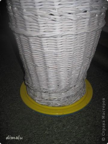 Для  удобства  плетения моя бабушка приспособила  спортивный  диск.  Вращающийся  диск  устанавливается  на  стол, пол, табурет вместе с изделием и  таким  образом  упрощается  вращение,  особенно  больших изделий.  Вначале плетения  изделие желательно  утяжелить  (поставить  банку  во внутрь). фото 3