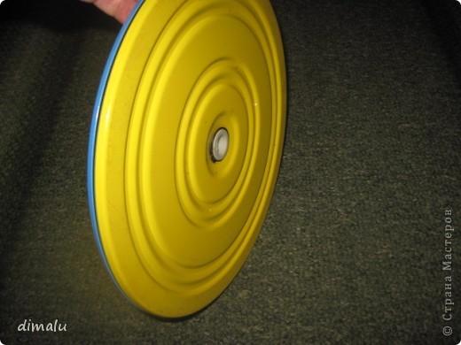 Для  удобства  плетения моя бабушка приспособила  спортивный  диск.  Вращающийся  диск  устанавливается  на  стол, пол, табурет вместе с изделием и  таким  образом  упрощается  вращение,  особенно  больших изделий.  Вначале плетения  изделие желательно  утяжелить  (поставить  банку  во внутрь). фото 2