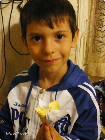 Мой сынок, Миша. С гордостью демонстрирует свою первую группу элементов для будущей кусудамки. На следующий день,сын научил этому детей и воспитателя в садике Квадратики брали 8*8  фото 1