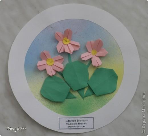 """Работы кружка оригами.  В начале мы с детьми провели творческий проект """"Весенние цветы"""", где дети  кружка рассказали легенды о цветах, прочитали о цветах стихи, загадали загадки.  Затем после проекта  оформили выставку в холле детского сада.  Это работа Эллины  Гашимовой  """"Лютики"""" фото 3"""