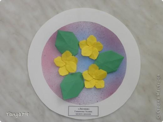 """Работы кружка оригами.  В начале мы с детьми провели творческий проект """"Весенние цветы"""", где дети  кружка рассказали легенды о цветах, прочитали о цветах стихи, загадали загадки.  Затем после проекта  оформили выставку в холле детского сада.  Это работа Эллины  Гашимовой  """"Лютики"""" фото 1"""