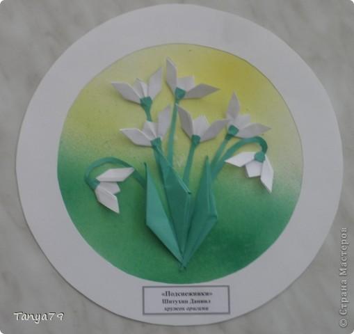 """Работы кружка оригами.  В начале мы с детьми провели творческий проект """"Весенние цветы"""", где дети  кружка рассказали легенды о цветах, прочитали о цветах стихи, загадали загадки.  Затем после проекта  оформили выставку в холле детского сада.  Это работа Эллины  Гашимовой  """"Лютики"""" фото 5"""
