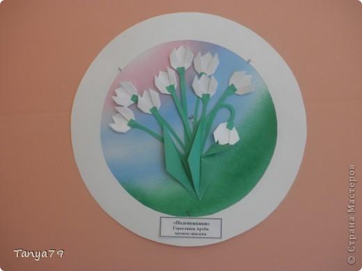 """Работы кружка оригами.  В начале мы с детьми провели творческий проект """"Весенние цветы"""", где дети  кружка рассказали легенды о цветах, прочитали о цветах стихи, загадали загадки.  Затем после проекта  оформили выставку в холле детского сада.  Это работа Эллины  Гашимовой  """"Лютики"""" фото 2"""