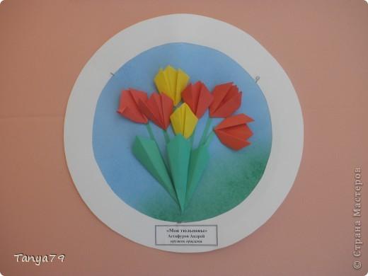 """Работы кружка оригами.  В начале мы с детьми провели творческий проект """"Весенние цветы"""", где дети  кружка рассказали легенды о цветах, прочитали о цветах стихи, загадали загадки.  Затем после проекта  оформили выставку в холле детского сада.  Это работа Эллины  Гашимовой  """"Лютики"""" фото 7"""