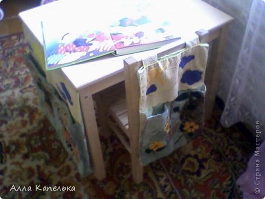 когда-то давно валялось у меня много кусков ткани обивочной. вот и решила я кое-что сделать для своей малышки полезное и красивое. а так как у малышей должно быть все под рукой, то сделала я ей кармашки для карандашей и т.п. (на стуле) и для бумаг и т.п. (на столе) фото 1