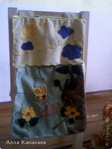 когда-то давно валялось у меня много кусков ткани обивочной. вот и решила я кое-что сделать для своей малышки полезное и красивое. а так как у малышей должно быть все под рукой, то сделала я ей кармашки для карандашей и т.п. (на стуле) и для бумаг и т.п. (на столе) фото 2