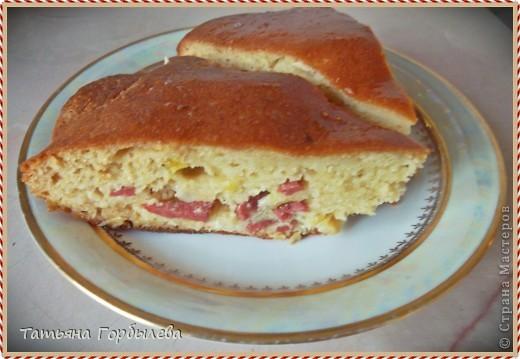 Опять я к Вам, дорогие хозяюшки с очередным пирогом!!!!Делается легко и быстро, особенно для тех, кто не любит заморачиваться!!!Тем более, если продукты немного задержались в холодильнике, а надо в кротчайшие сроки их использовать.Получился такой нежный пирог, что даже слегка помялся, пока перекочевывал из формы на тарелку!!!! фото 6