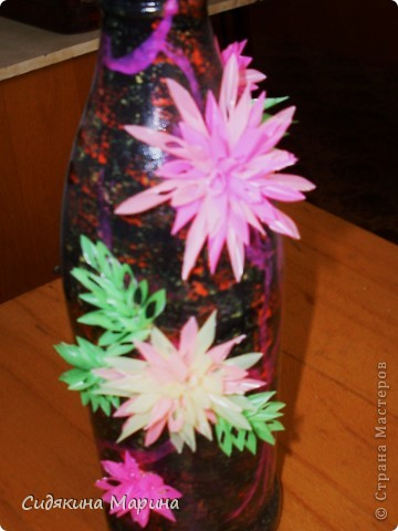 """Работы моих маленьких учеников. Нарезанные трубочки собирают в соцветия на плёнку при помощи клея """"Дракон"""". Таким образом заготавливают детали отдельно (листочки , цветочки), после высыхания детали легко снимаются с плёнки и из них собирают панно. Так же ими можно украсить что-либо (рамку для фото, зеркало, шкатулку, вазу и т.д.). фото 8"""