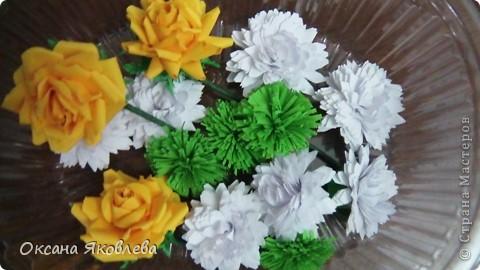 Остались у меня после последней работы белые хризантемки и зеленые,и я сделала розы по мк Астория  http://asti-n.ya.ru/replies.xml?item_no=550 фото 1
