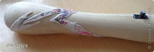 Так как являюсь участником ролевого двтжения, это накладывает свой отпечаток. После игр по Гарри Поттеру решили с другом делать палочки(дрова^^) усовершенствованные, то есть сделанные на токарном станке, а не из веток ножиком, со светодиодом и украшенные как-то необычно. Наилучшее из возможного сделано в технике пейп-арт Татьяны Сорокиной. На этой полчке украшена только рукоятка фото 4