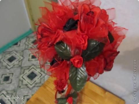 Вот такой он у меня получился)) Искуственные красные цветы затонировала слегка черной акриловой краской: думаю так он выглядит эффектнее) добавила цветочки из лент (красные и совсем немного черных) и фунтики из органзы.  Моя гордость!! фото 2