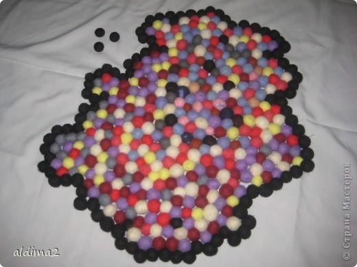 Вот такой коврик получился у меня из воилочных шариков. На его изготовление ушло 430 шариков и 10 дней работы. Размер около 55 см.