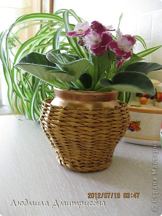 ВСЕМ привет!!!!!!!!! Отбросила вчера свою лень и сплела такую вазу , видела  в журнале, там она из каких-то листьев сплетена. Водная морилка мокко и клен. Рисунок не соблюдала, наугад , что бы была пестрой. Диаметр 10см, высота 36 см. А второй горшочек оплела (тоже идея из журнала), сам горшок покрасила золотистой краской, морилка  клен фото 4