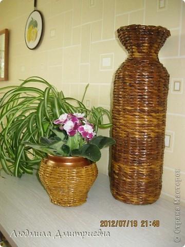 ВСЕМ привет!!!!!!!!! Отбросила вчера свою лень и сплела такую вазу , видела  в журнале, там она из каких-то листьев сплетена. Водная морилка мокко и клен. Рисунок не соблюдала, наугад , что бы была пестрой. Диаметр 10см, высота 36 см. А второй горшочек оплела (тоже идея из журнала), сам горшок покрасила золотистой краской, морилка  клен фото 5