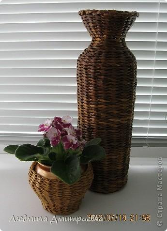 ВСЕМ привет!!!!!!!!! Отбросила вчера свою лень и сплела такую вазу , видела  в журнале, там она из каких-то листьев сплетена. Водная морилка мокко и клен. Рисунок не соблюдала, наугад , что бы была пестрой. Диаметр 10см, высота 36 см. А второй горшочек оплела (тоже идея из журнала), сам горшок покрасила золотистой краской, морилка  клен фото 1