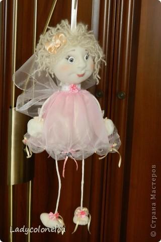 Маленькая Феечка - куколка бескаркасная, хорошо сидит без фиксации, можно использовать, как подвес. Для этого предусмотрена ленточка. Одежда не снимается, волосы можно аккуратно расчесывать и по разному укладывать. Очень легкая. Размер около 50 см. фото 5