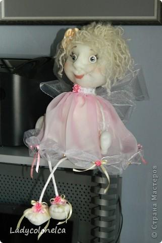 Маленькая Феечка - куколка бескаркасная, хорошо сидит без фиксации, можно использовать, как подвес. Для этого предусмотрена ленточка. Одежда не снимается, волосы можно аккуратно расчесывать и по разному укладывать. Очень легкая. Размер около 50 см. фото 2