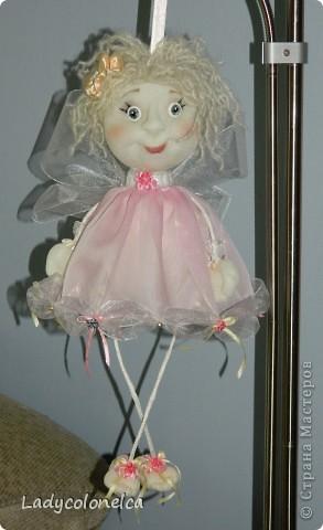 Маленькая Феечка - куколка бескаркасная, хорошо сидит без фиксации, можно использовать, как подвес. Для этого предусмотрена ленточка. Одежда не снимается, волосы можно аккуратно расчесывать и по разному укладывать. Очень легкая. Размер около 50 см. фото 6