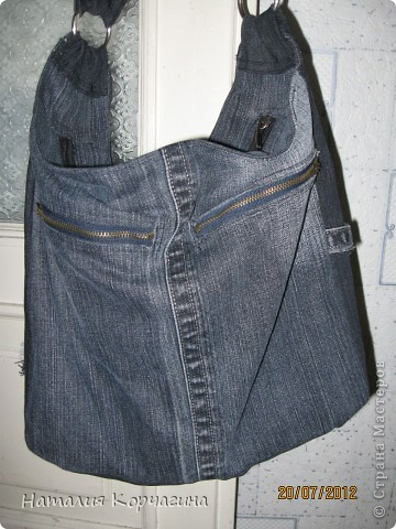 Решила избавиться от залежей старых джинсов, своих и мужа- какие разонравились, какие малы, какие потёрты...и вот -сваяла себе такую сумочку на лето...4 кармана снаружи, 2 внутри, объёмная 33*30*14- влезает почти целая корзина покупок...очень удобная, даже не ожидала от себя такого! фото 2