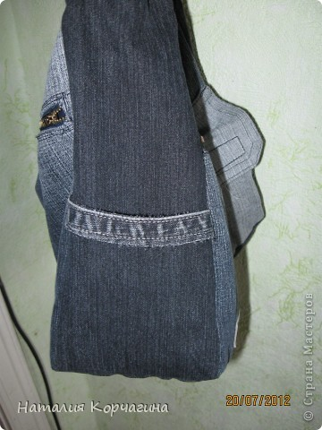 Решила избавиться от залежей старых джинсов, своих и мужа- какие разонравились, какие малы, какие потёрты...и вот -сваяла себе такую сумочку на лето...4 кармана снаружи, 2 внутри, объёмная 33*30*14- влезает почти целая корзина покупок...очень удобная, даже не ожидала от себя такого! фото 3