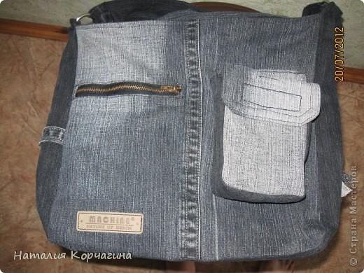 Решила избавиться от залежей старых джинсов, своих и мужа- какие разонравились, какие малы, какие потёрты...и вот -сваяла себе такую сумочку на лето...4 кармана снаружи, 2 внутри, объёмная 33*30*14- влезает почти целая корзина покупок...очень удобная, даже не ожидала от себя такого! фото 1